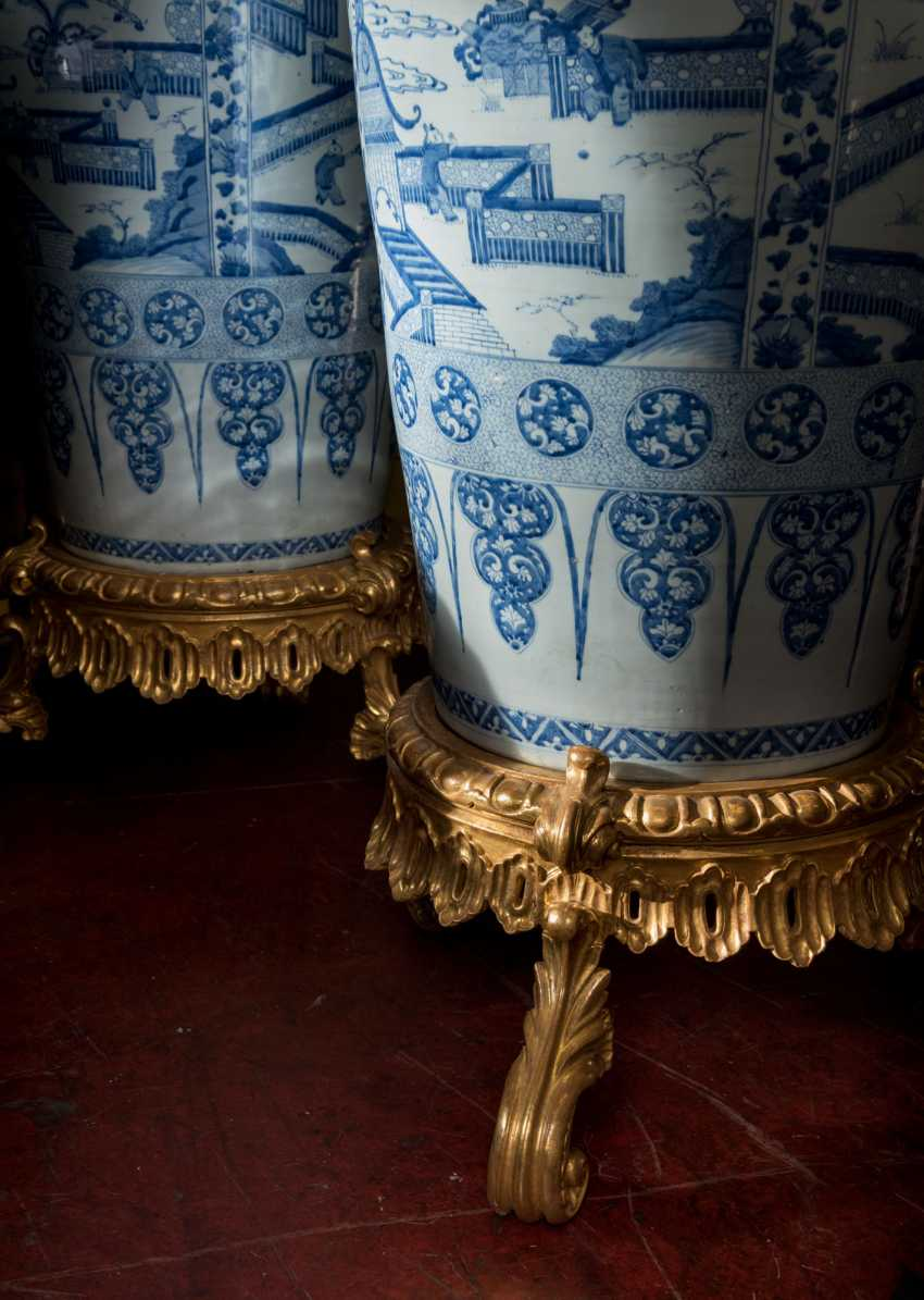 A PAIR OF CHINESE EXPORT BLUE AND WHITE PORCELAIN 'SOLDIER' VASES AND COVERS, ON GILTWOOD STANDS - photo 10