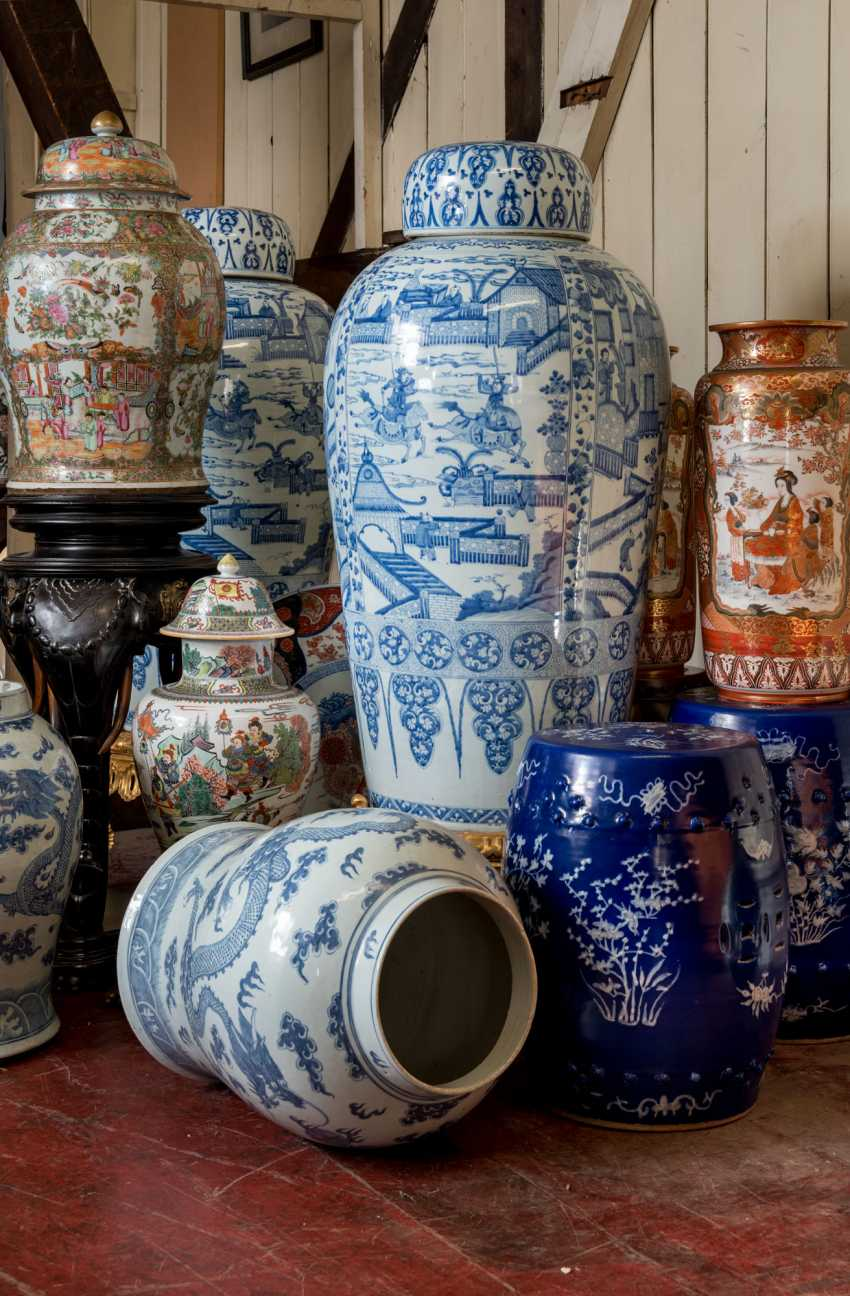 A PAIR OF CHINESE EXPORT BLUE AND WHITE PORCELAIN 'SOLDIER' VASES AND COVERS, ON GILTWOOD STANDS - photo 11