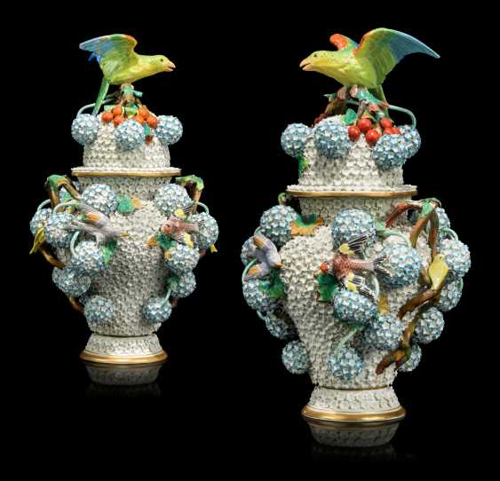 A PAIR OF CONTINENTAL PORCELAIN 'SCHNEEBALLEN' VASES AND COVERS - photo 1