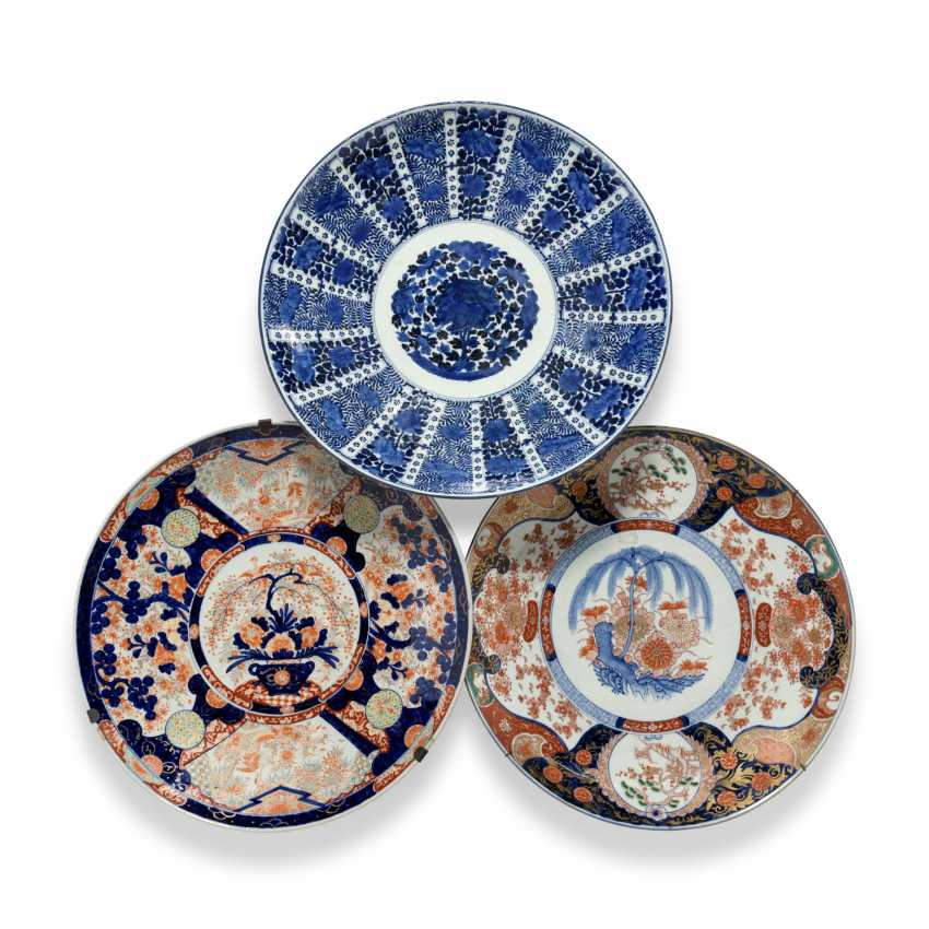 A GROUP OF THREE LARGE JAPANESE IMARI CHARGERS - photo 1