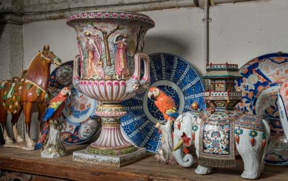 A GROUP OF THREE LARGE JAPANESE IMARI CHARGERS - photo 2