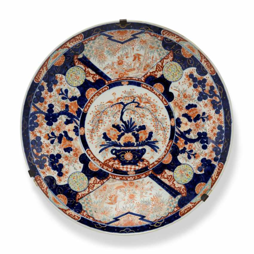 A GROUP OF THREE LARGE JAPANESE IMARI CHARGERS - photo 3