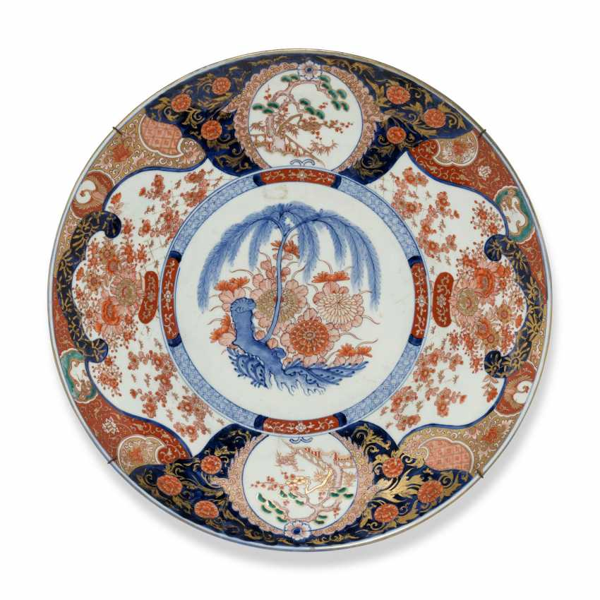 A GROUP OF THREE LARGE JAPANESE IMARI CHARGERS - photo 5