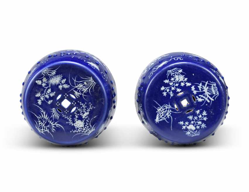 A NEAR PAIR OF CHINESE COBALT-BLUE AND WHITE GARDEN SEATS - photo 4