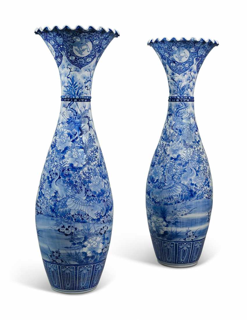 A LARGE PAIR OF JAPANESE BLUE AND WHITE FLARED VASES - photo 3