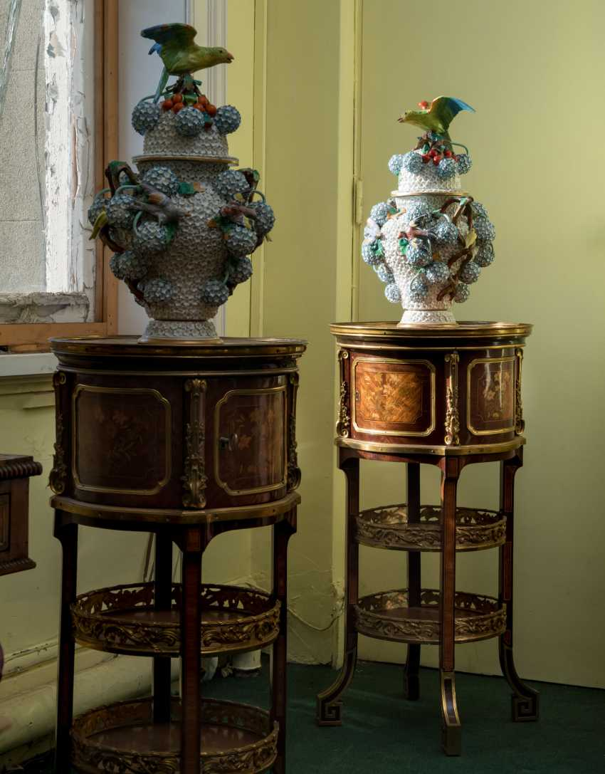 A NEAR PAIR OF FRENCH ORMOLU-MOUNTED KINGWOOD, BOIS SATINE AND SYCAMORE MARQUETRY BEDSIDE TABLES - photo 2