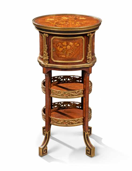 A NEAR PAIR OF FRENCH ORMOLU-MOUNTED KINGWOOD, BOIS SATINE AND SYCAMORE MARQUETRY BEDSIDE TABLES - photo 3