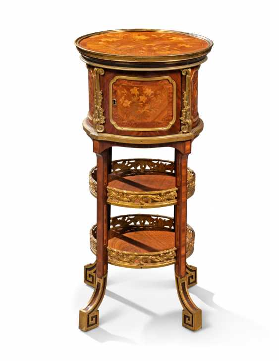 A NEAR PAIR OF FRENCH ORMOLU-MOUNTED KINGWOOD, BOIS SATINE AND SYCAMORE MARQUETRY BEDSIDE TABLES - photo 5