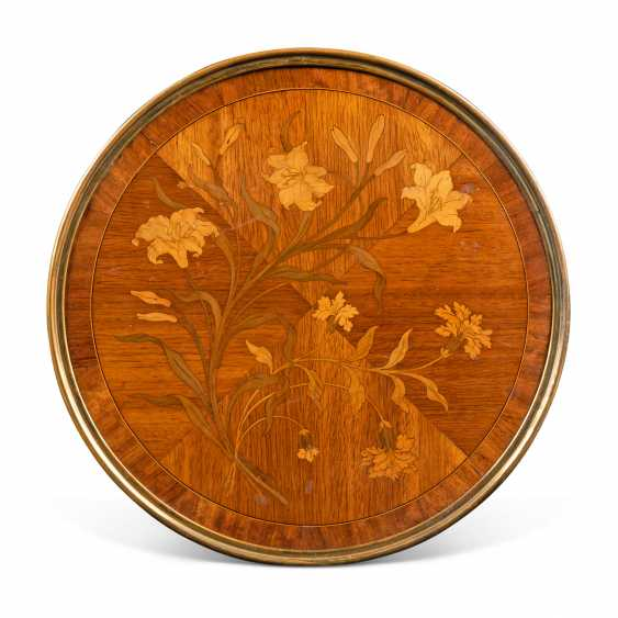 A NEAR PAIR OF FRENCH ORMOLU-MOUNTED KINGWOOD, BOIS SATINE AND SYCAMORE MARQUETRY BEDSIDE TABLES - photo 6