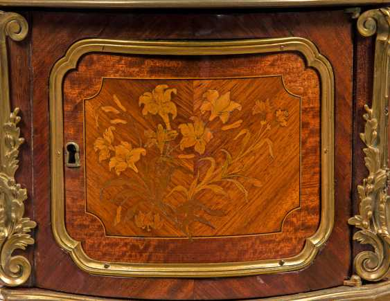A NEAR PAIR OF FRENCH ORMOLU-MOUNTED KINGWOOD, BOIS SATINE AND SYCAMORE MARQUETRY BEDSIDE TABLES - photo 7