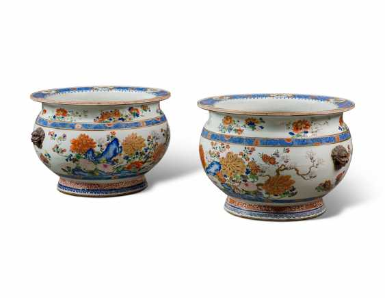 A PAIR OF LARGE CHINESE EXPORT FAMILLE ROSE PORCELAIN FISH BOWLS, ON GILTWOOD STANDS - photo 6