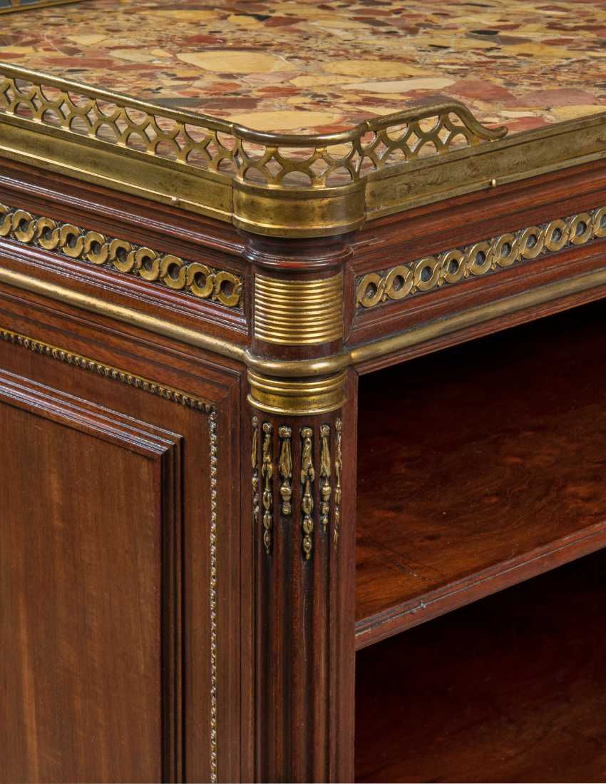 A PAIR OF FRENCH ORMOLU-MOUNTED MAHOGANY BOOKCASES - photo 2