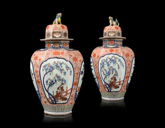 A PAIR OF JAPANESE IMARI PORCELAIN VASES AND COVERS - photo 1