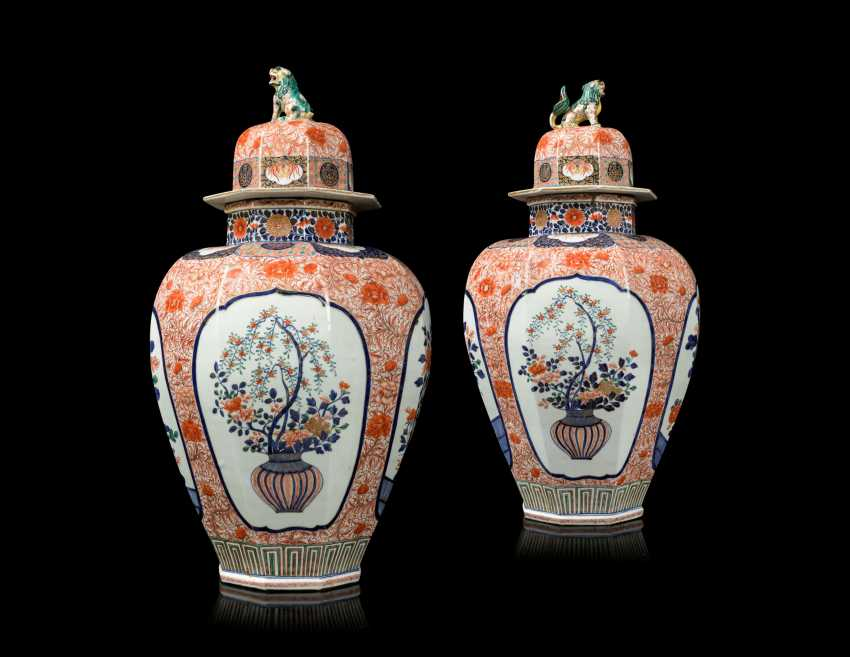 A PAIR OF JAPANESE IMARI PORCELAIN VASES AND COVERS - photo 3