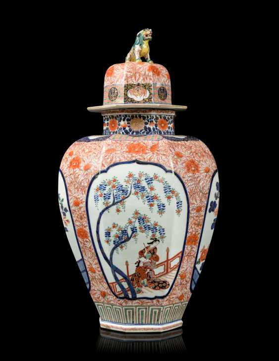 A PAIR OF JAPANESE IMARI PORCELAIN VASES AND COVERS - photo 5