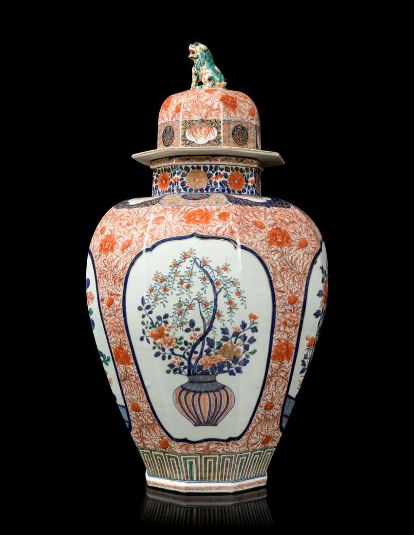 A PAIR OF JAPANESE IMARI PORCELAIN VASES AND COVERS - photo 6