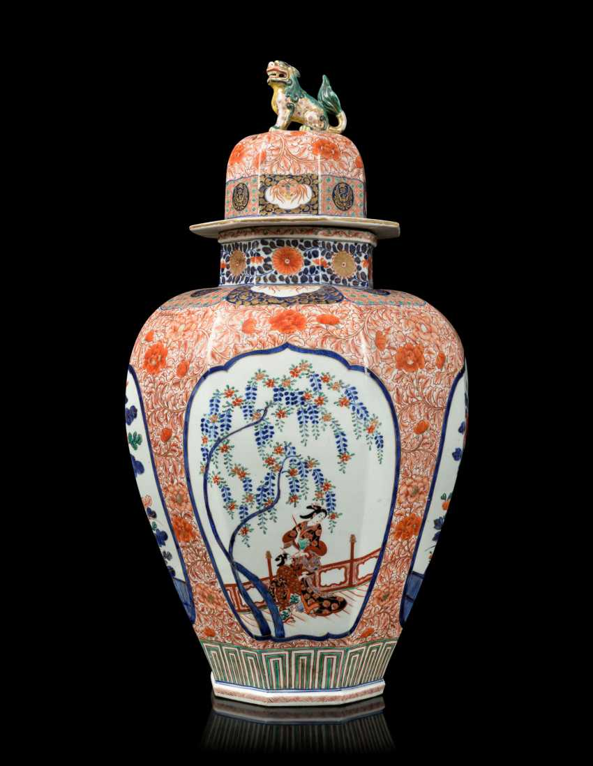 A PAIR OF JAPANESE IMARI PORCELAIN VASES AND COVERS - photo 9