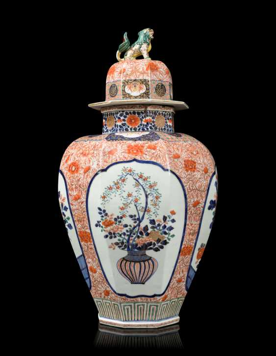 A PAIR OF JAPANESE IMARI PORCELAIN VASES AND COVERS - photo 10