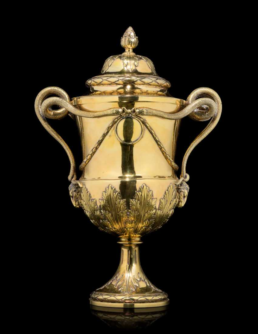 A GEORGE III SILVER-GILT CUP AND COVER - photo 3