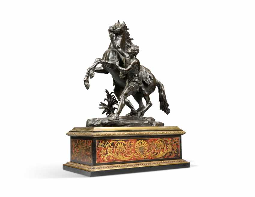 A PAIR OF FRENCH BRONZE 'MARLY' HORSE GROUPS, ON CUT-BRASS AND TORTOISESHELL-INLAID 'BOULLE' BASES - photo 2