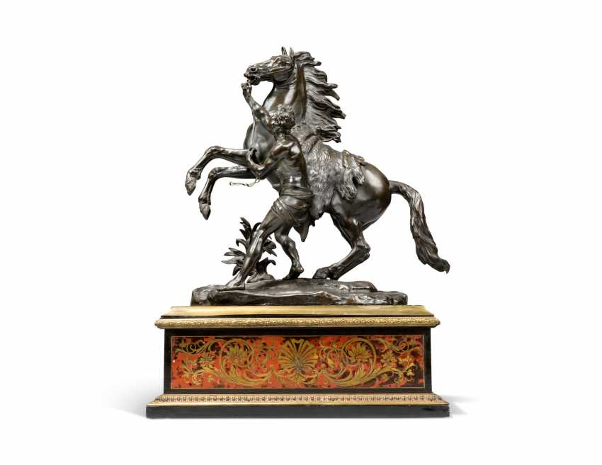 A PAIR OF FRENCH BRONZE 'MARLY' HORSE GROUPS, ON CUT-BRASS AND TORTOISESHELL-INLAID 'BOULLE' BASES - photo 3