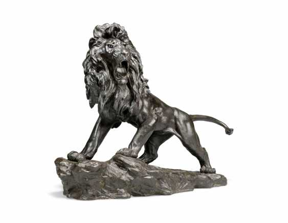 A LARGE JAPANESE BRONZE MODEL OF A LION - photo 3