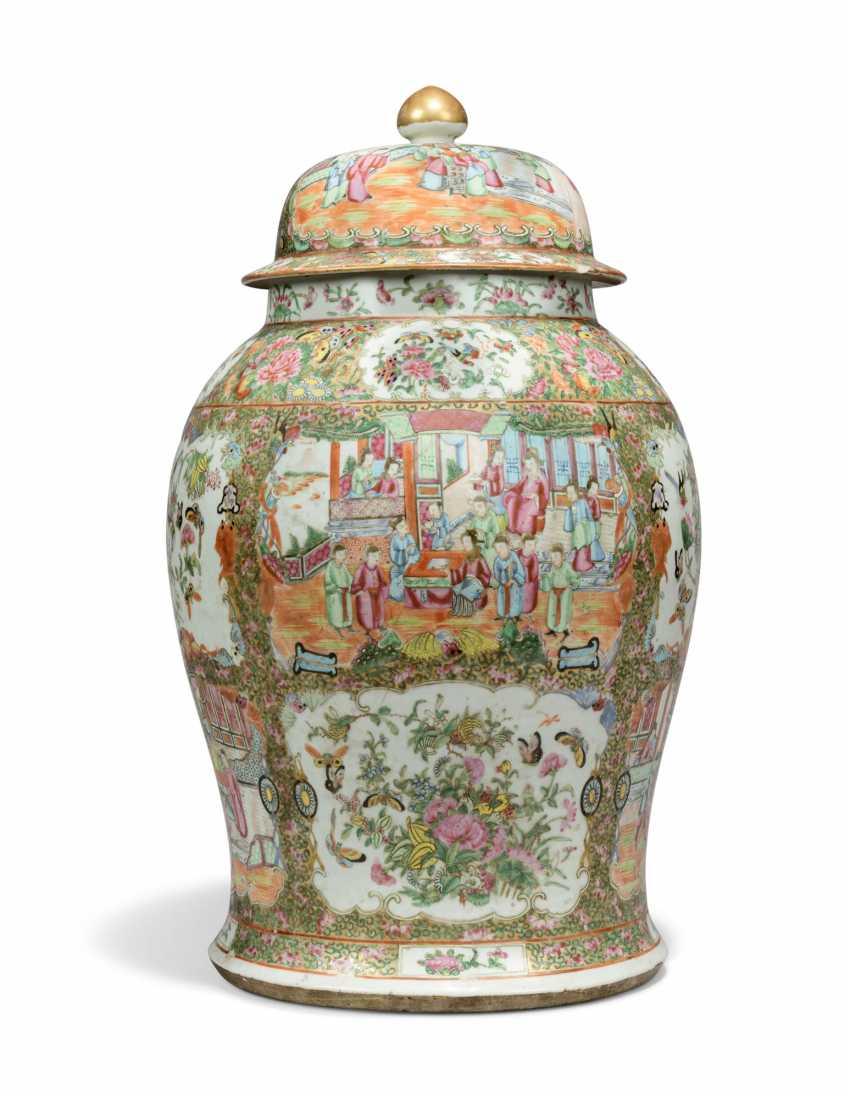 A CHINESE FAMILLE ROSE BALUSTER VASE AND COVER - photo 1