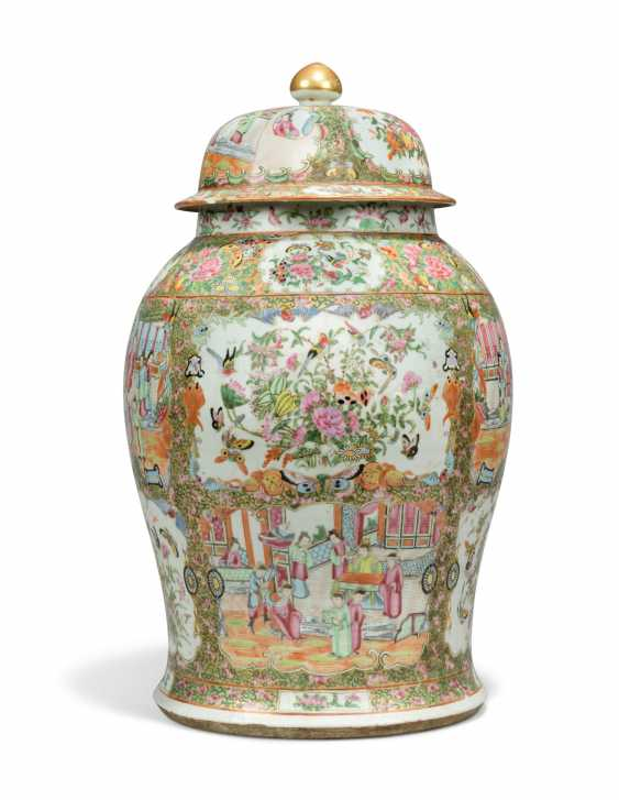 A CHINESE FAMILLE ROSE BALUSTER VASE AND COVER - photo 2