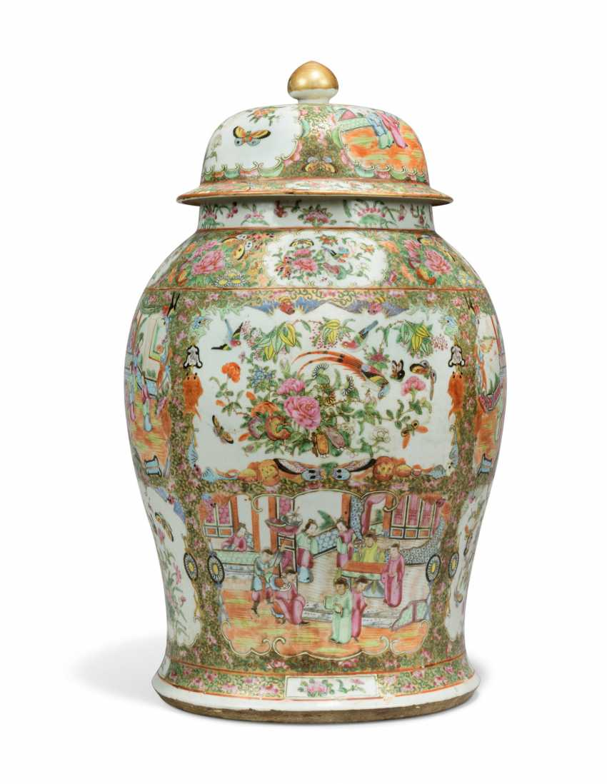 A CHINESE FAMILLE ROSE BALUSTER VASE AND COVER - photo 3
