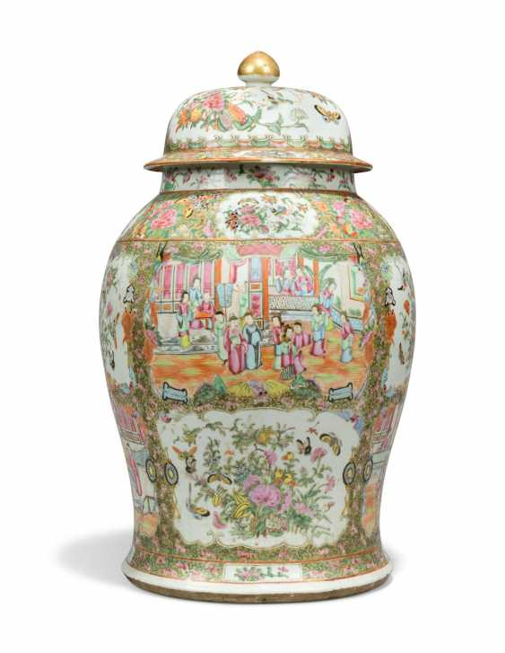 A CHINESE FAMILLE ROSE BALUSTER VASE AND COVER - photo 4