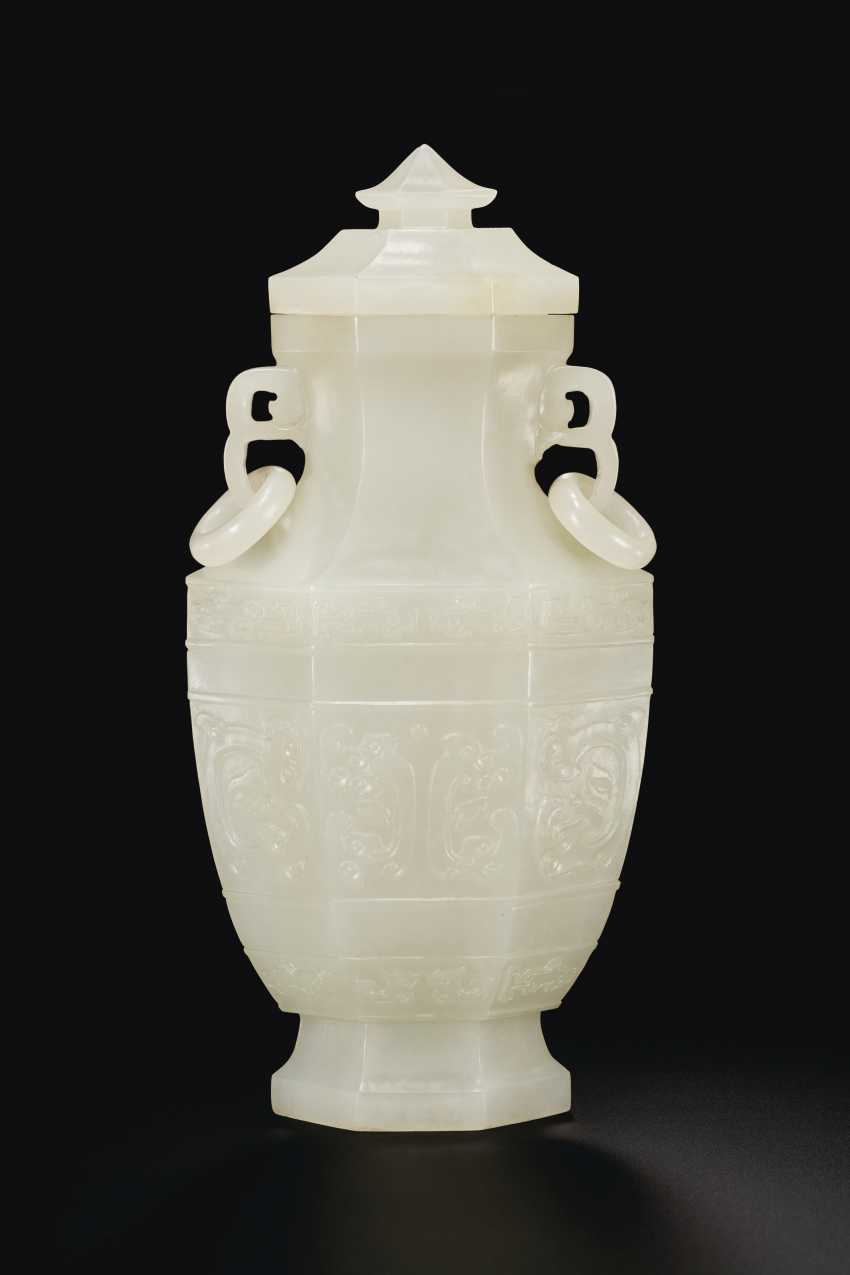 A FINELY CARVED WHITE JADE FACETED VASE AND COVER - photo 1