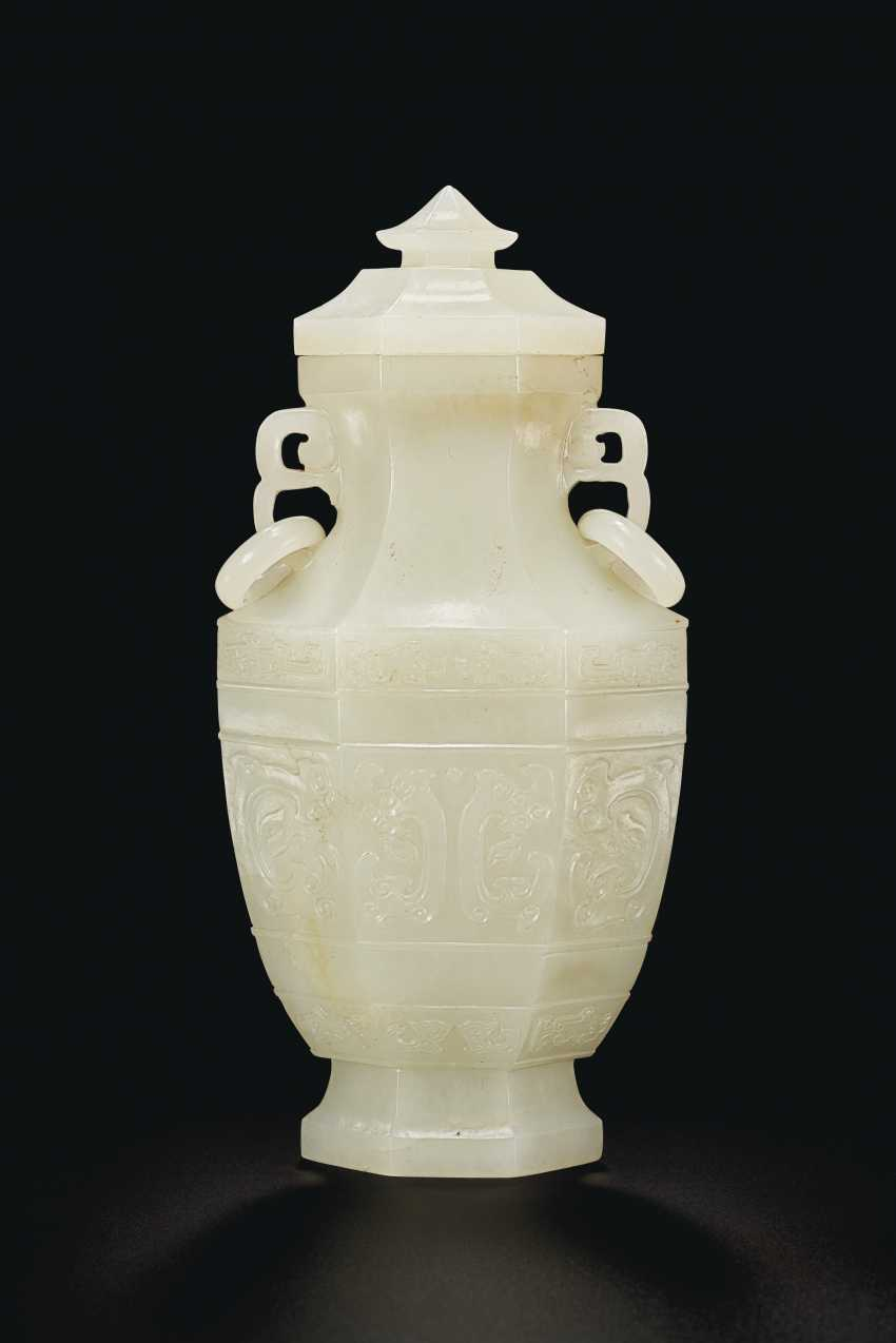 A FINELY CARVED WHITE JADE FACETED VASE AND COVER - photo 2