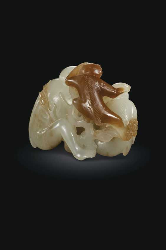 A WHITE AND BROWN JADE MONKEY GROUP - photo 3