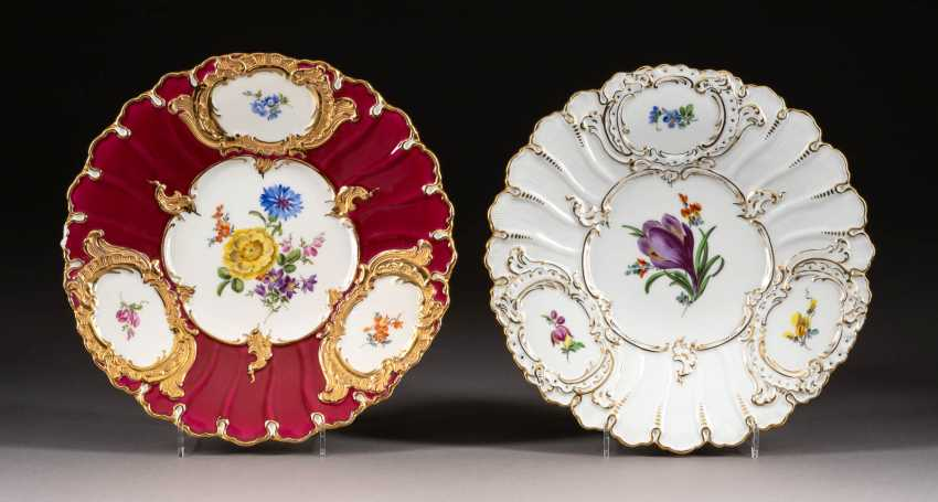 PAIR OF SMALL DISPLAY PLATES - photo 1