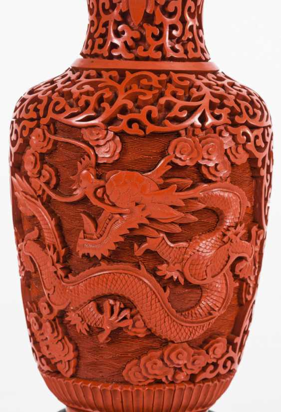 Red lacquer vase on a wooden base - photo 2