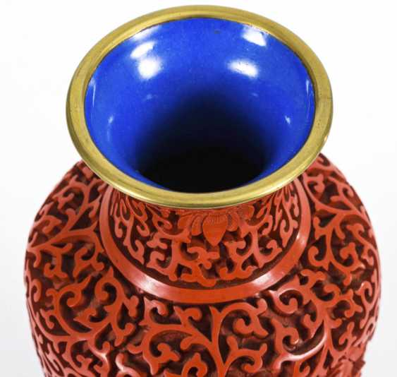 Red lacquer vase on a wooden base - photo 4