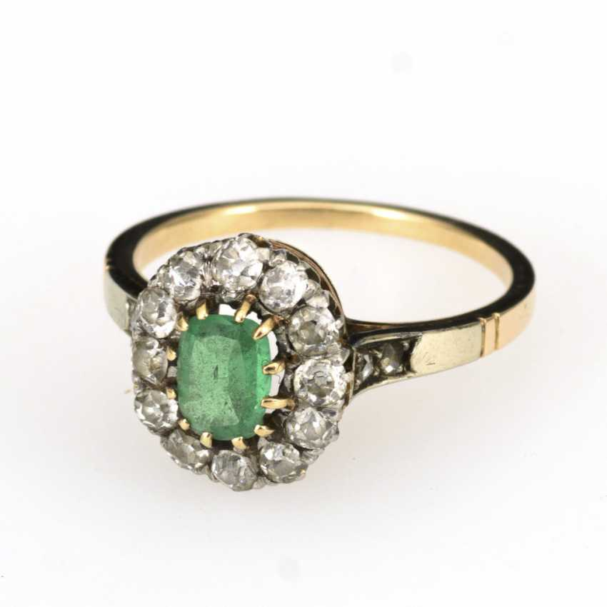Entourage ring with emerald and old European cut diamonds, around 1900 - photo 1