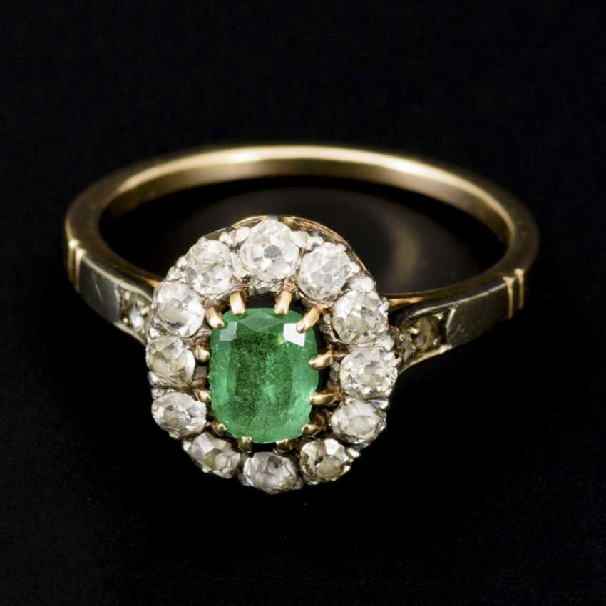 Entourage ring with emerald and old European cut diamonds, around 1900 - photo 2