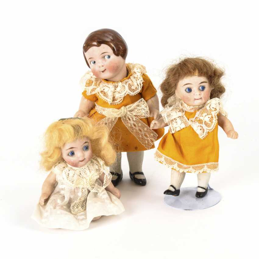 3 small dolls in basket - photo 2
