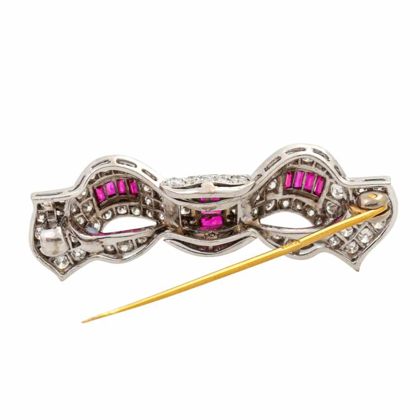 Pretty bow brooch with 13 ruby baguettes and diamonds of approx. 1 ct, - photo 3