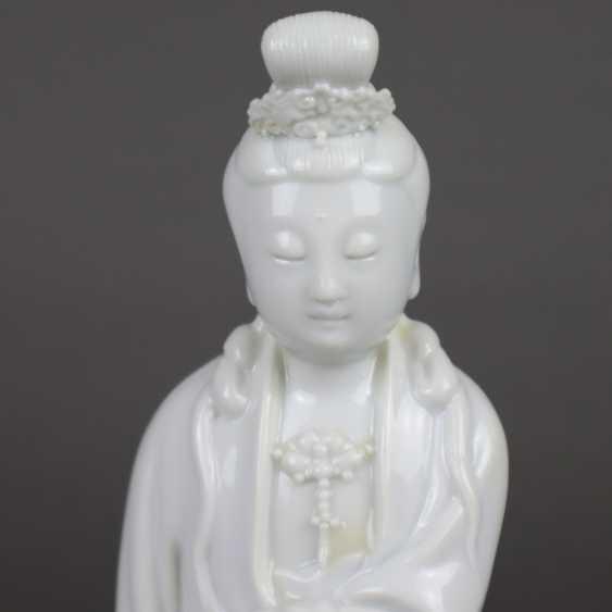 Blanc de Chine-Guanyin with scroll - photo 3