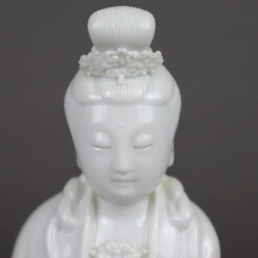 Blanc de Chine-Guanyin with scroll - photo 4