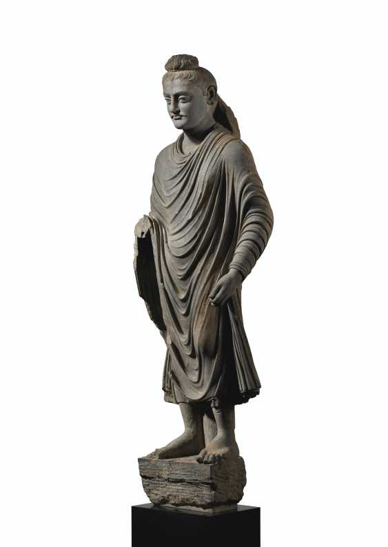 A MAGNIFICENT AND MONUMENTAL GRAY SCHIST FIGURE OF BUDDHA SHAKYAMUNI - photo 2