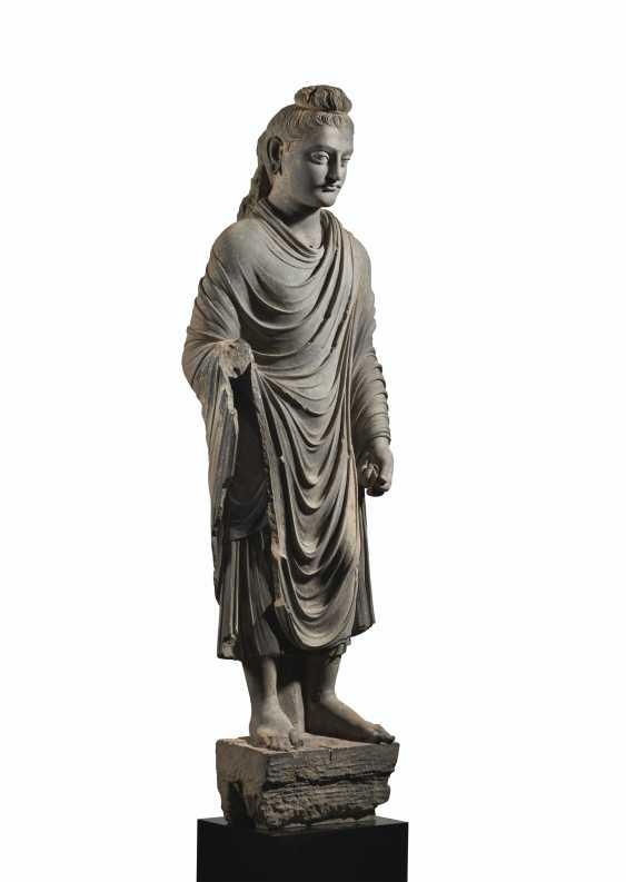 A MAGNIFICENT AND MONUMENTAL GRAY SCHIST FIGURE OF BUDDHA SHAKYAMUNI - photo 3