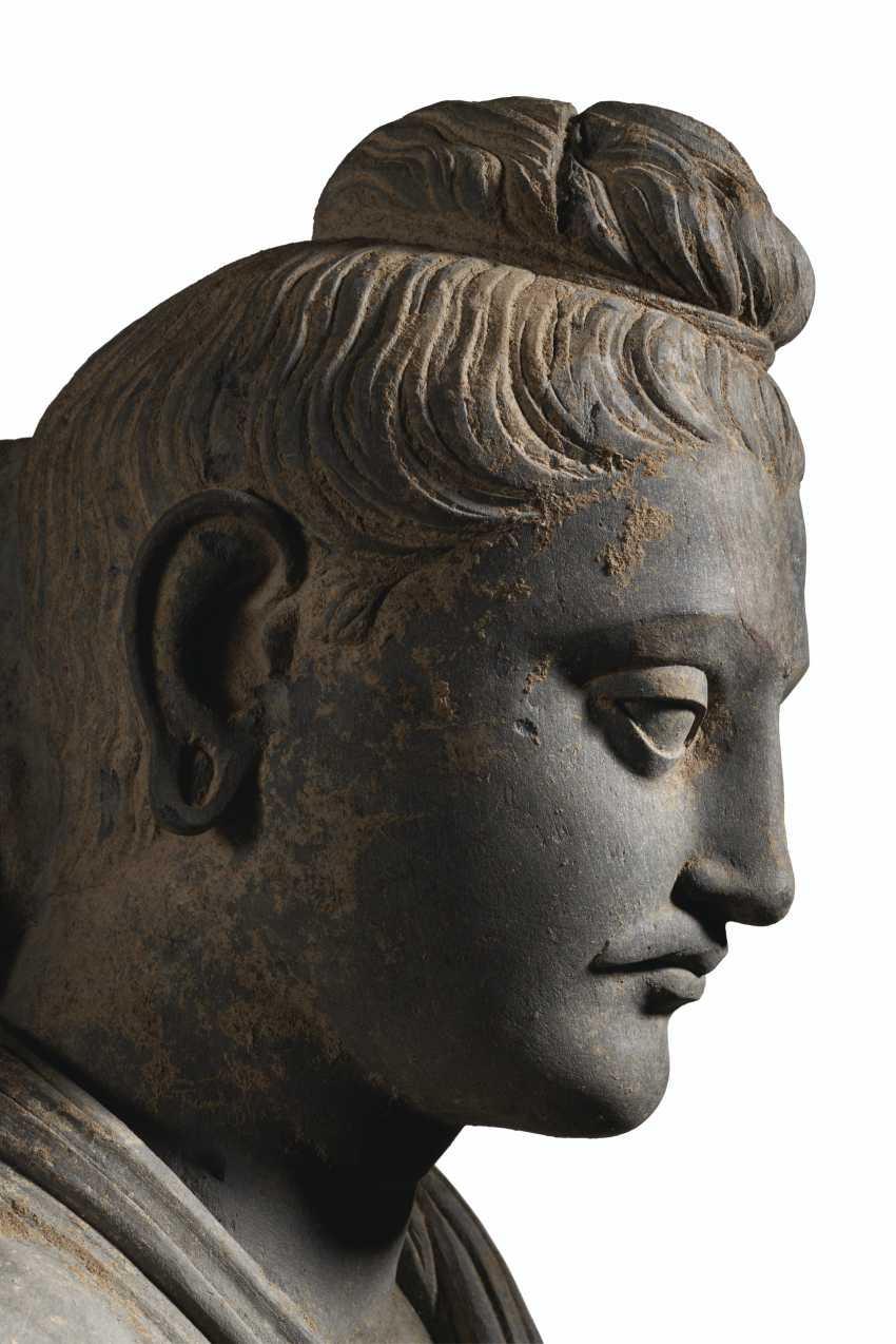A MAGNIFICENT AND MONUMENTAL GRAY SCHIST FIGURE OF BUDDHA SHAKYAMUNI - photo 4
