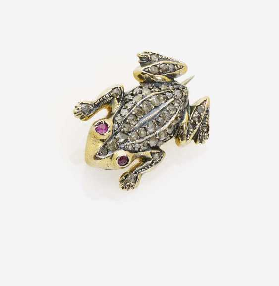 """HISTORICAL BROOCH """"FROG"""" DECORATED WITH DIAMOND-ROSES AND RUBIES - photo 1"""