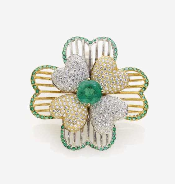 MODIFIED FLORAL COCKTAIL RING DECORATED WITH EMERALDS AND BRILLIANT-CUT DIAMONDS - photo 1