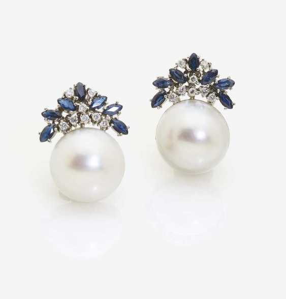 A PAIR OF STUD PIN CLIP ADORNED WITH A MABÉ CULTURED PEARL, SAPPHIRES AND BRILLIANTS - photo 1