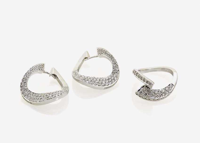 SET: CONSISTING OF A SHORTY NECKLACE, A PAIR OF HOOP EARRINGS AND A RING - photo 1