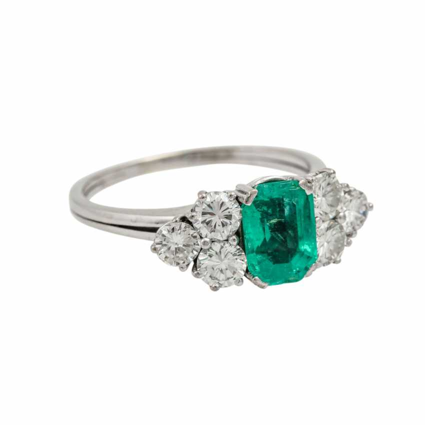 Ring with emerald flanked by 6 brilliant-cut diamonds totaling approx. 1.1 ct, - photo 1